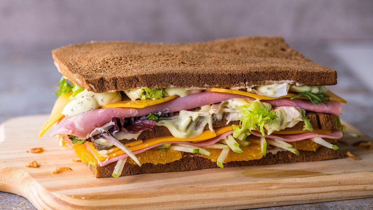 Sándwich de cheedar y jamón, ensalada fresca y mayonesa de salsa deluxe y cebolla crujiente