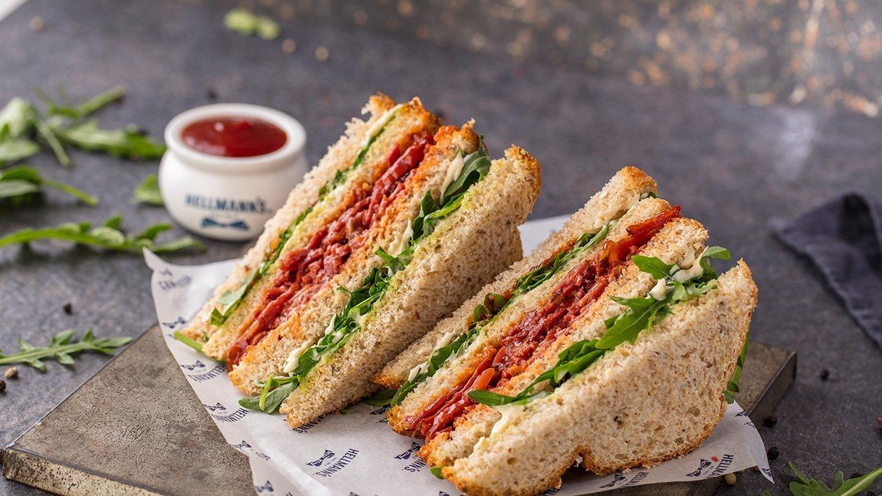 Sándwich de pastrami macerado en salsa barbacoa y cilantro fresco