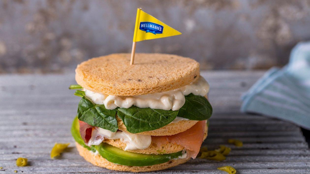 Sándwich de salmón y aguacate con mayonesa de ajo y alcaparras