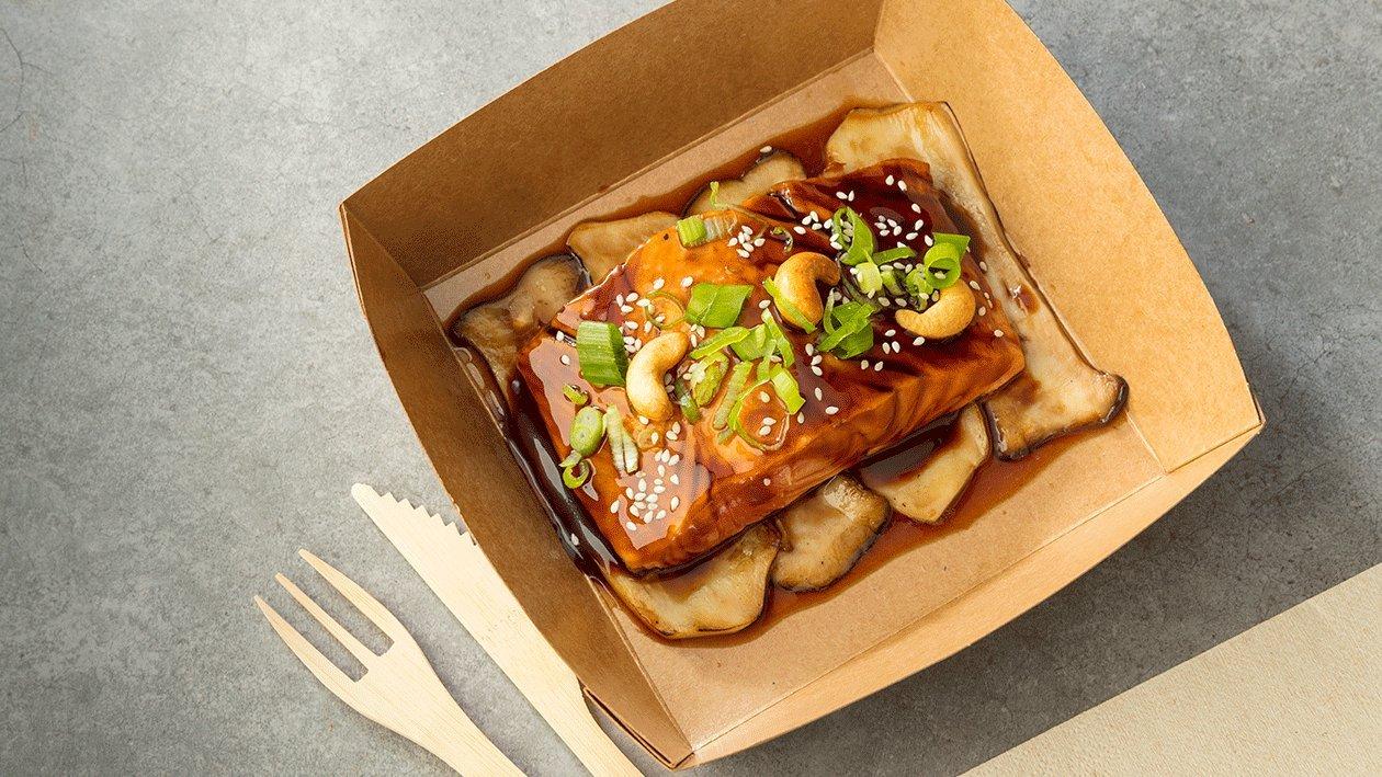 Setas de cardo teriyaki, filetes de salmóny chips de raíz de loto