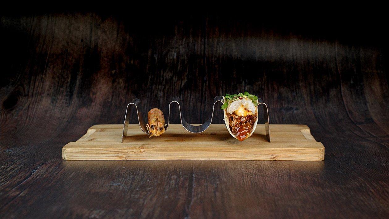 Taco de carrillera ligeramente ahumado con pico de gallo , chipotle y langostino