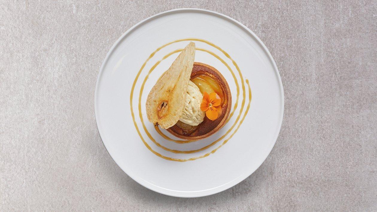 Tarta de manzana y pera en texturas con helado de polvorón