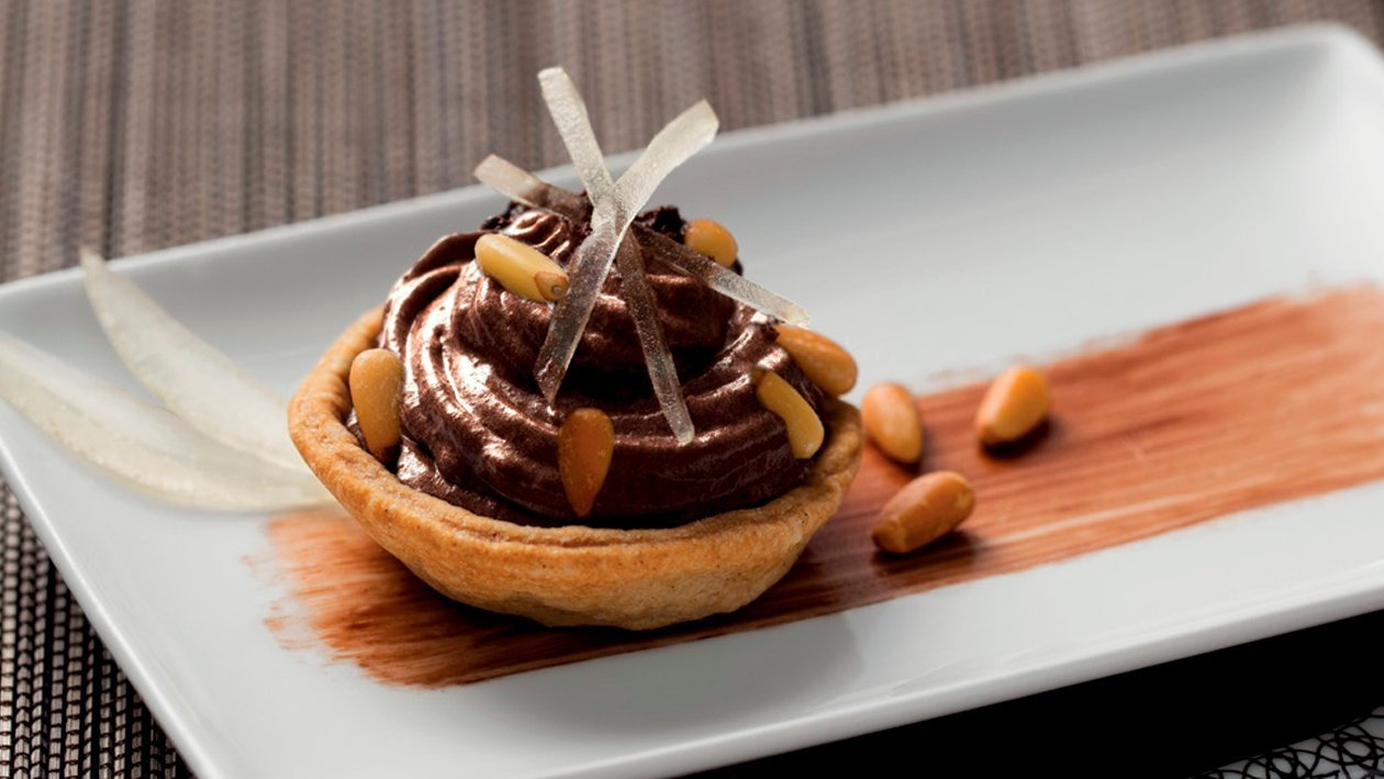Tartaleta de mousse de chocolate y limón con piñones
