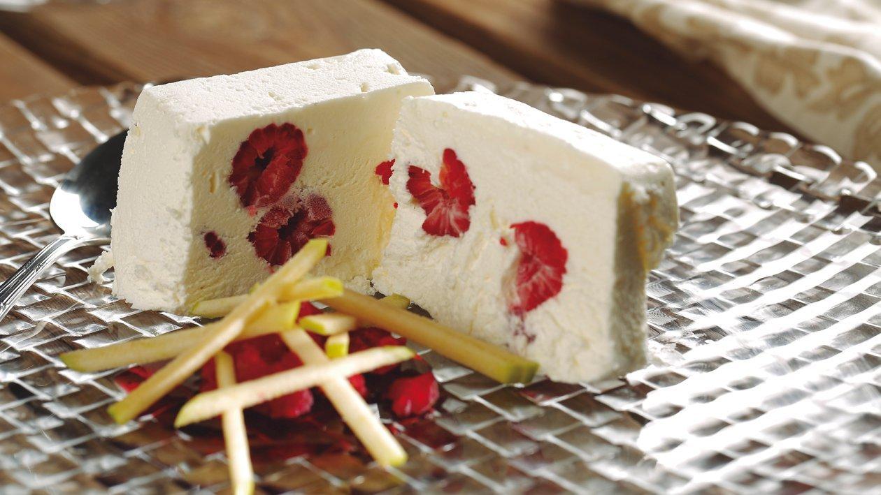 Turrón congelado de yogurt con frambuesas y frutas maceradas