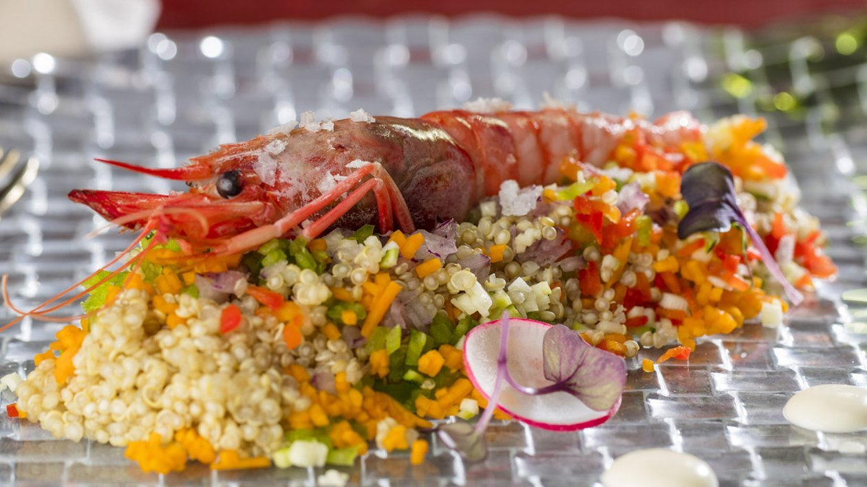 Verduritas de temporada con tierra de quinoa, gamba roja a las finas hierbas y salsa césar
