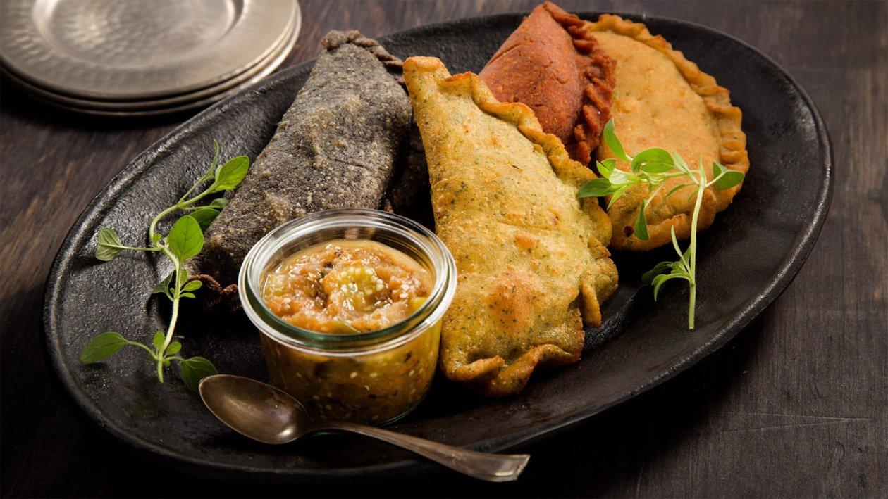 Empanadas Rellenas de Pollo Confit con Salsa Tatemada