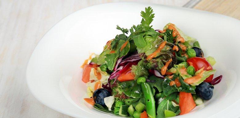 Ensalada de Hortalizas y Vegetales con Aderezo de Chipotle