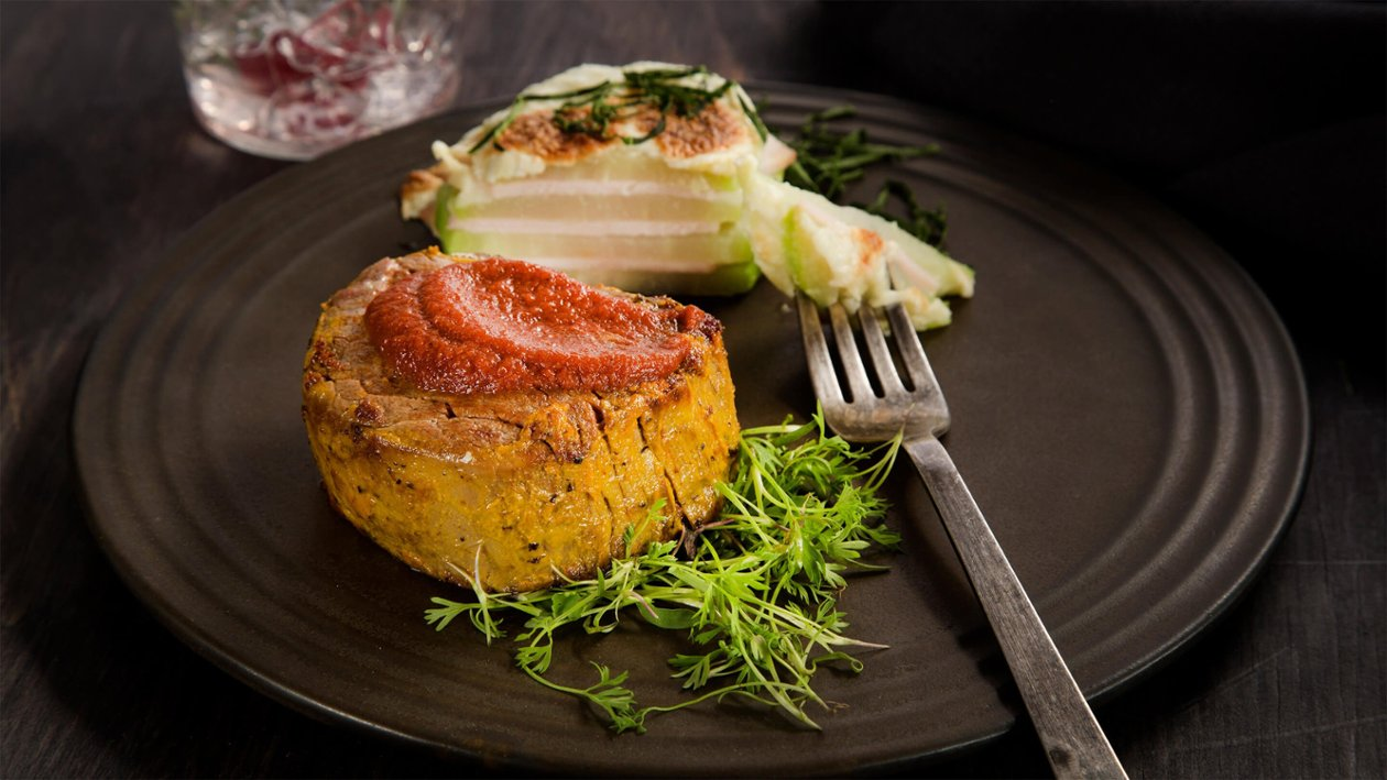 Filete de res con costra de mostaza,  salsa de chile cascabel y lasaña de chayote
