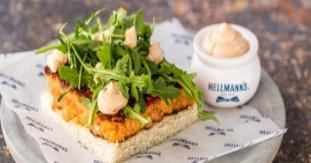Pita de salmón y mayonesa de pimiento rostizado