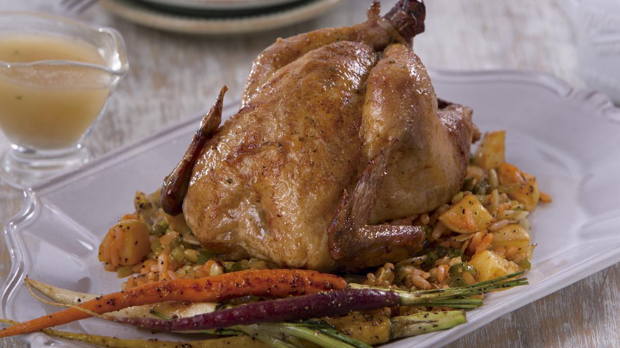 Pollito Relleno de Arroz, con Vegetales Asados y Jus de Pollo
