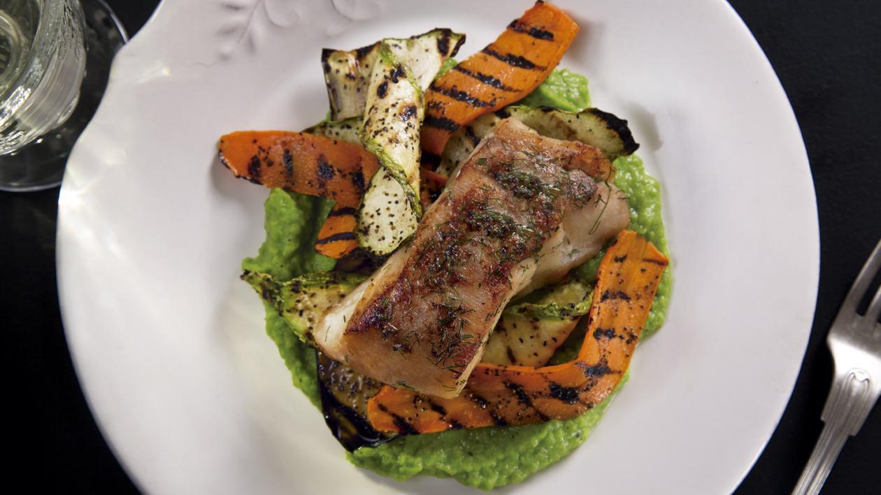Róbalo Marinado en Cítricos con Puré de Chícharo y Láminas de Vegatales al Grill