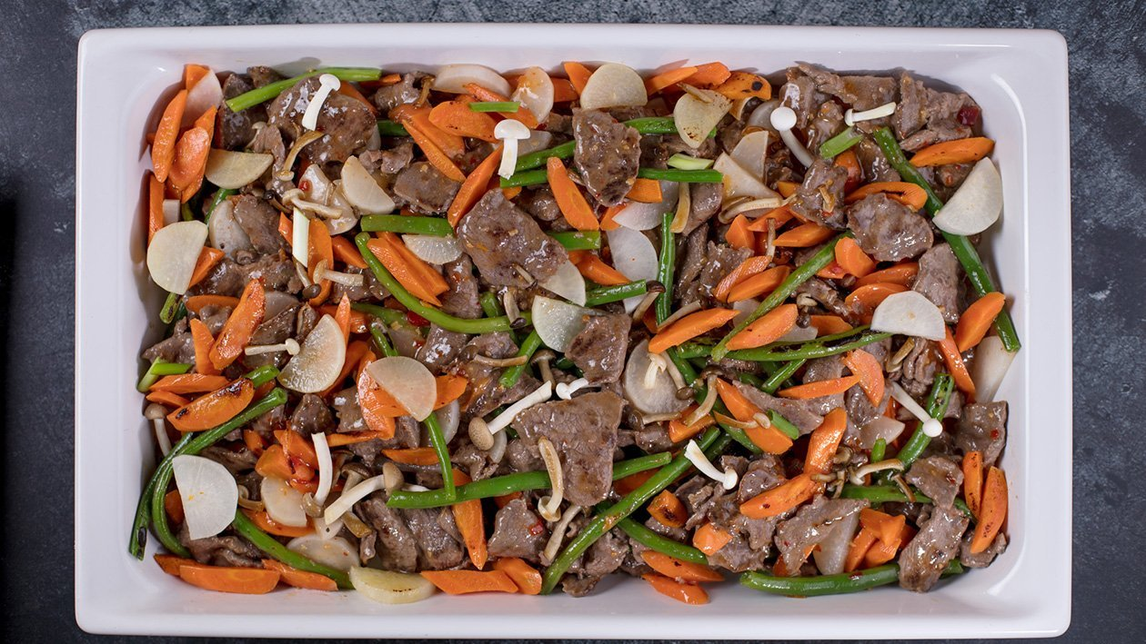 Praetud veiseliha magusas tšillikastmes köögiviljade ja muna ning riisiga