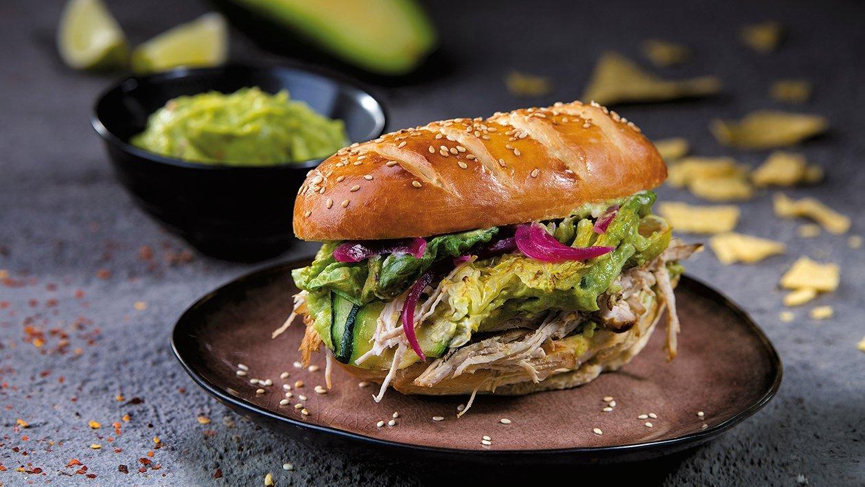 Rebitud kalkunilihaga võileib grillitud köögiviljade ja guacamole'ga