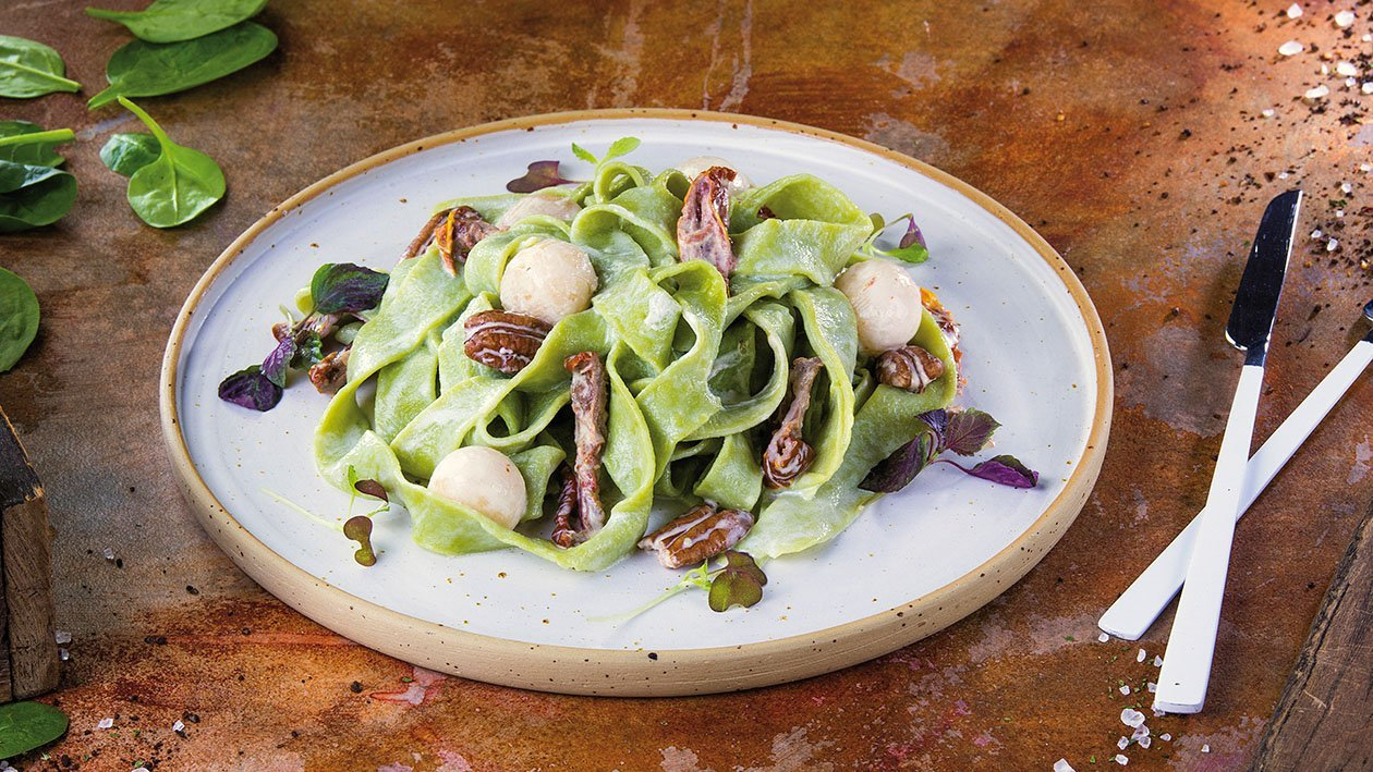 Rustikaalne roheline pasta mascarpone, kuivatatud tomatite, pirni ja pekaanipähklitega
