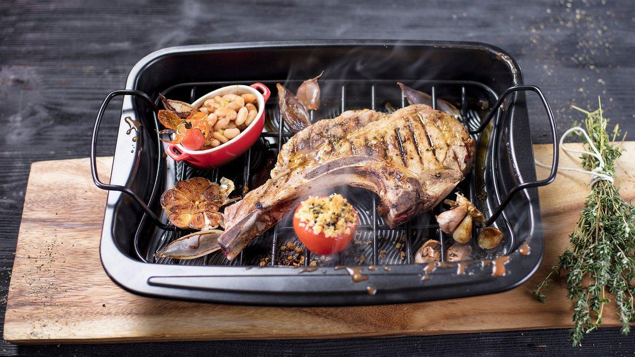 Sinepi ja küüslauguga kaetud grillitud sealihasteik