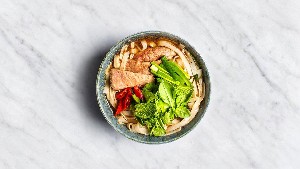 Vietnamipärane veiselihasupp riisimakaronidega