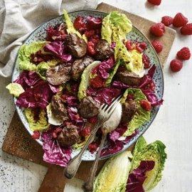 Salaattia broilerinmaksan kera
