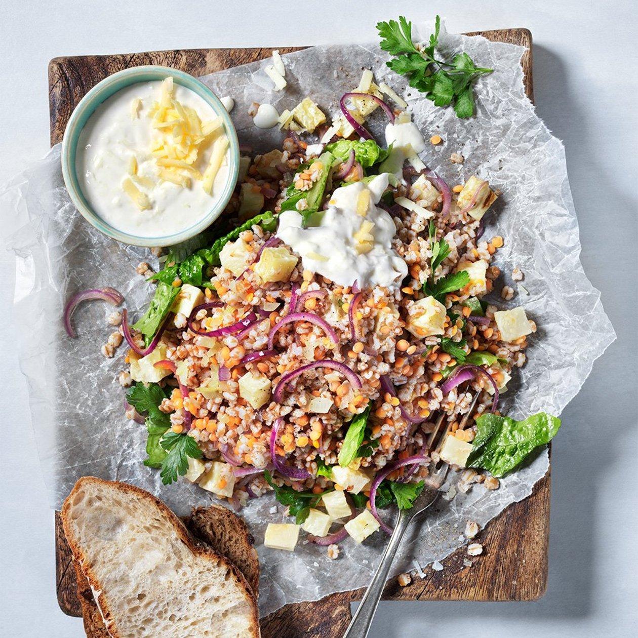 Kasvis-vehnäsalaattia ja kermajuustokastiketta – Resepti