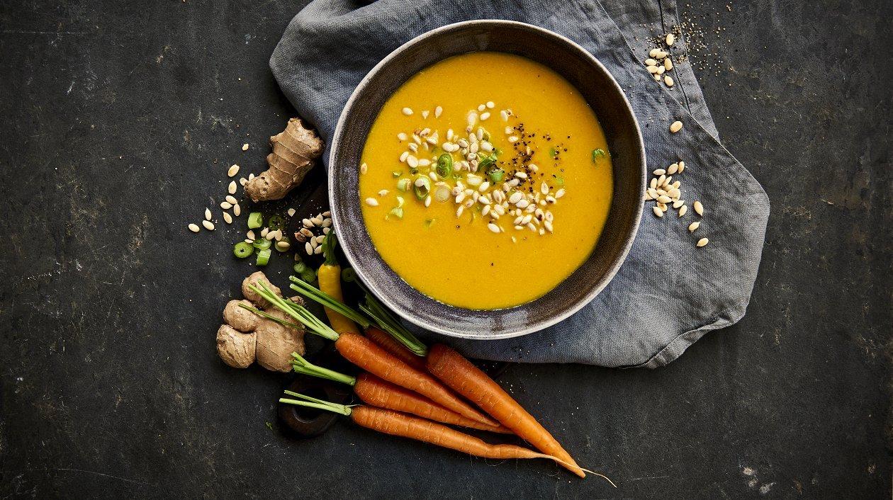 Porkkanakeitto kaffirlimetin lehtien ja inkiväärin kera – Resepti