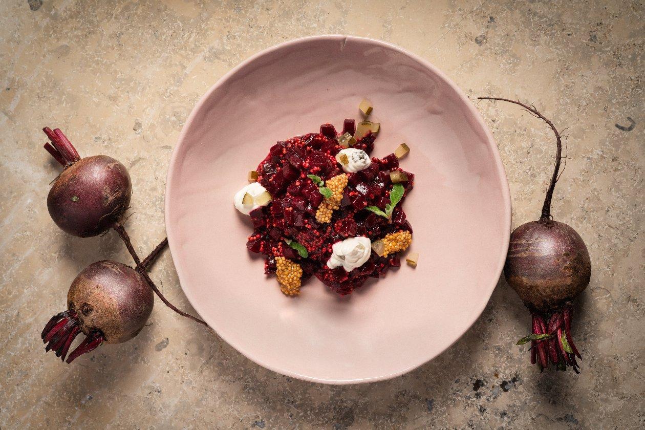 Punajuurisalaatti & suolakurkkukreemi – Resepti