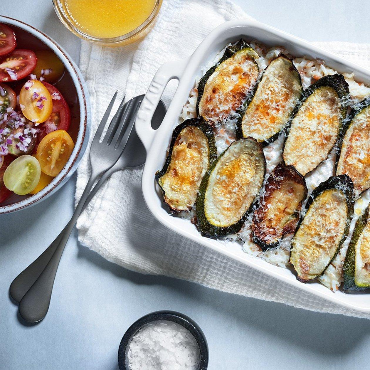 Tuorejuusto-kesäkurpitsagratiinia ja tomaattisalaattia – Resepti