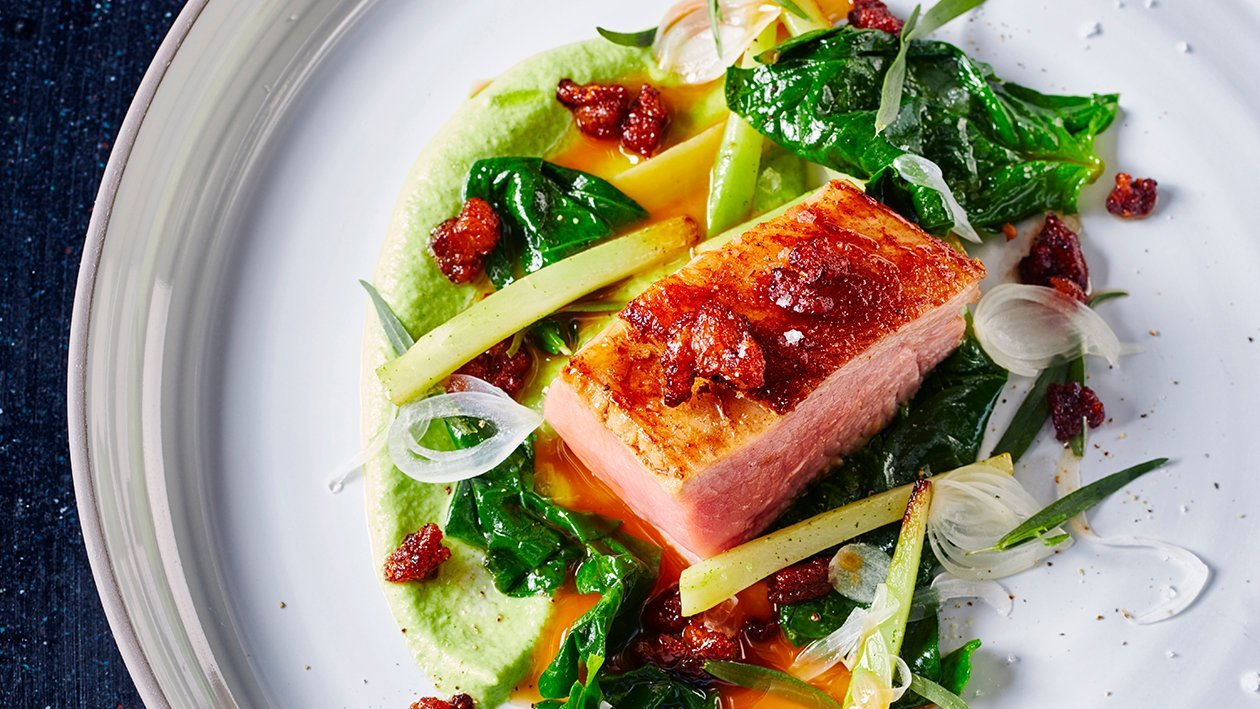 Vasikan paahtopaisti, parsakaalia ja rakuuna-sipulikastiketta – Resepti