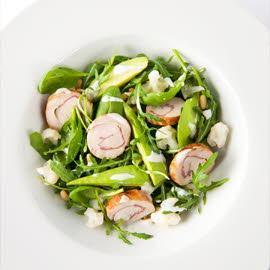 Salade d'avocat avec poulet fumé et dressing yaourt