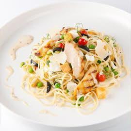 Salade de spaghettis tiède avec  poulet grillé, mozzarella et tomates au four