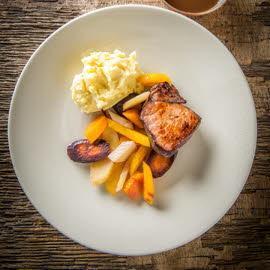 Sanglier à la bordelaise, purée de pommes de terre et légumes oubliés