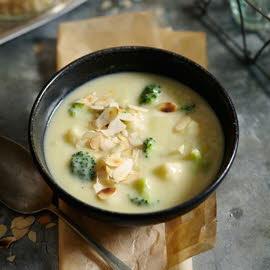 Soupe de brocoli et de chou-fleur aux amandes grillées