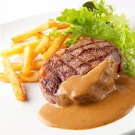Steak grillé avec une sauce au poivre