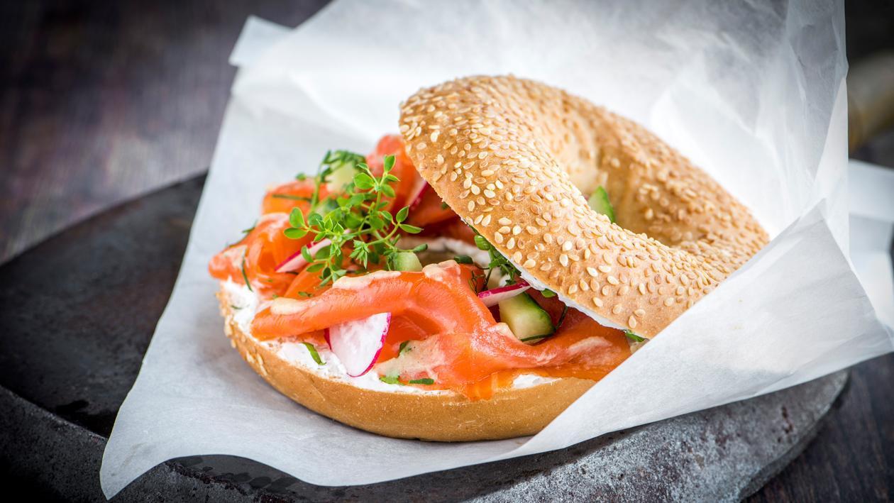 Bagel norvégien au saumon fumé et sauce miel-moutarde – Recette