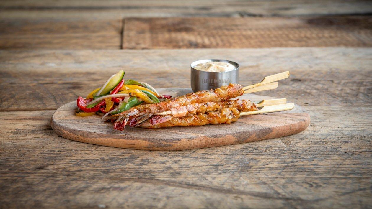 Brochette aux scampis des Etats-Unis avec une sauce crémeuse et lamelles de poivrons rouges grillés – Recette