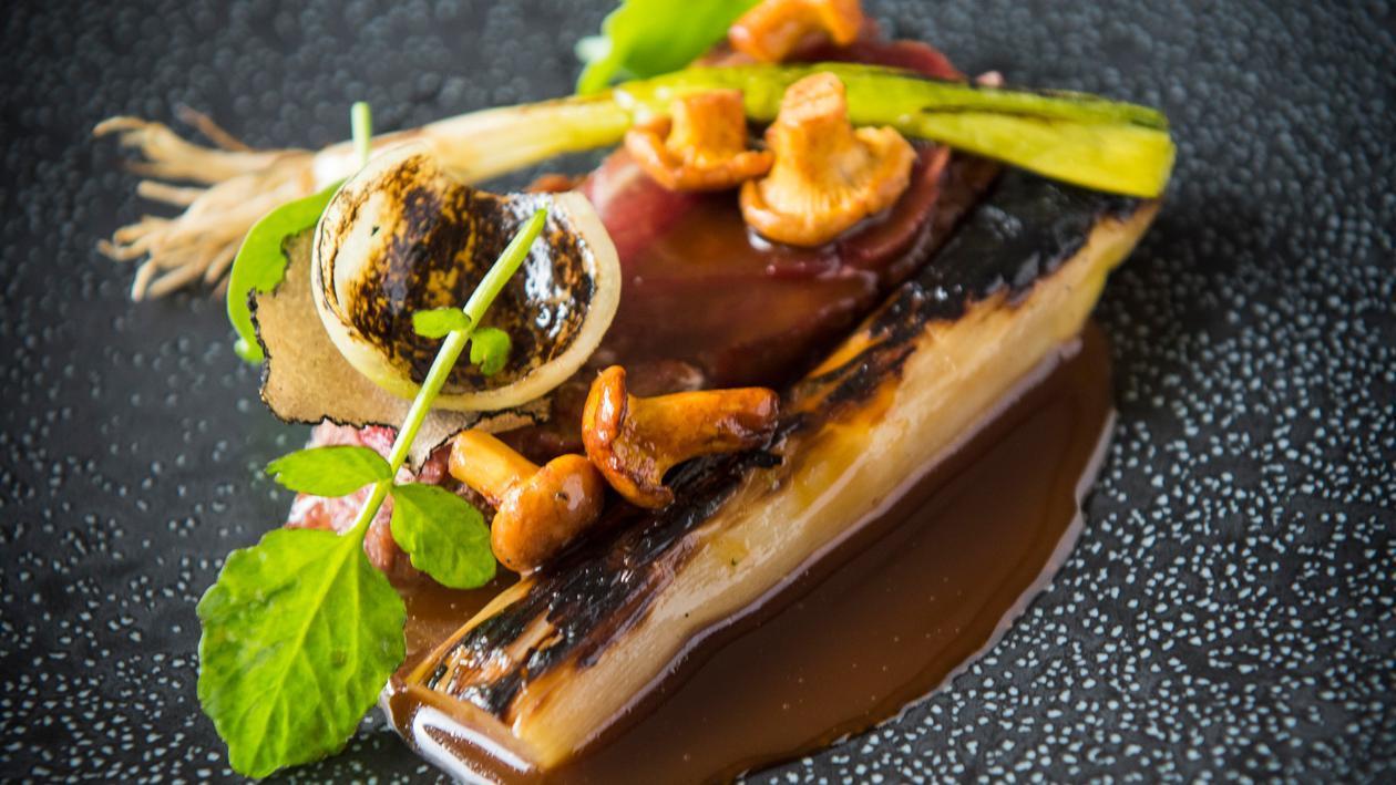 Chevreuil aux échalotes et salsifis caramélisés accompagné d'une sauce à base de fond de gibier – Recette