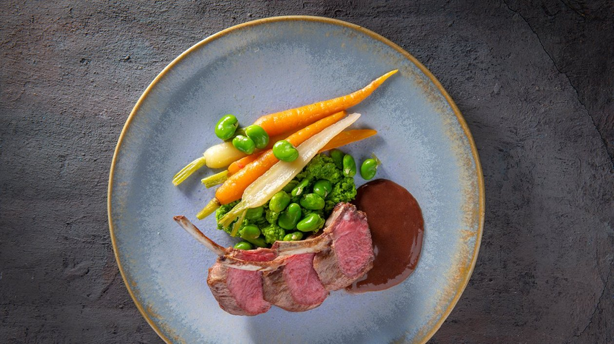 Côtelette d'agneau avec mini-carottes, fèves, un écrasé de petits pois et une sauce d'agneau à la bordelaise – Recette