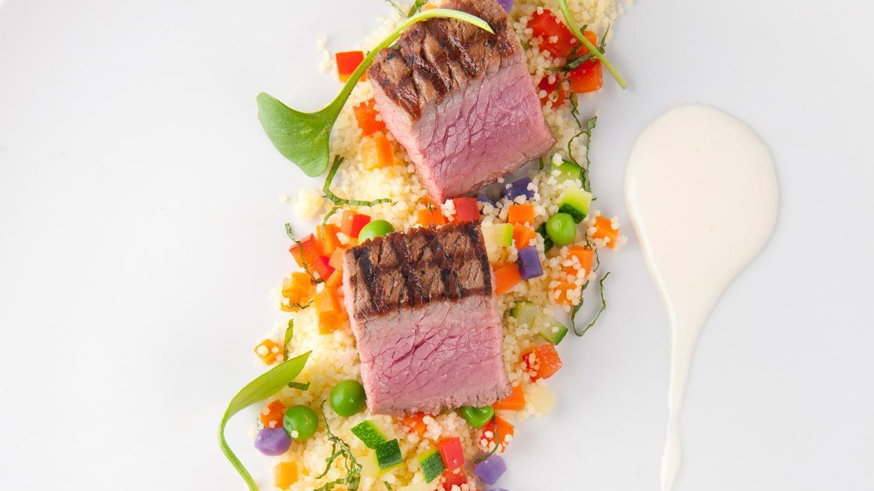 Filet d'agneau grillé avec salade de couscous, menthe et dressing au yaourt – Recette