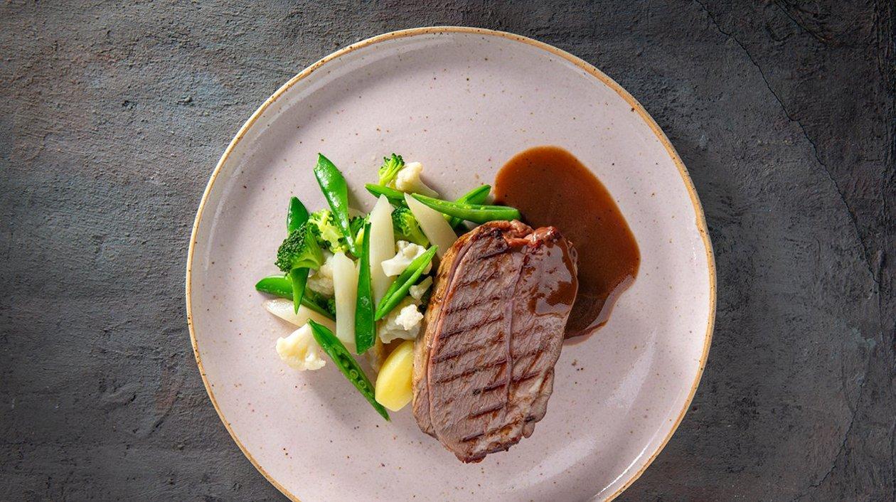 Gigot d'agneau cuit à basse température/navarins de légumes/ Jus d'agneau – Recette
