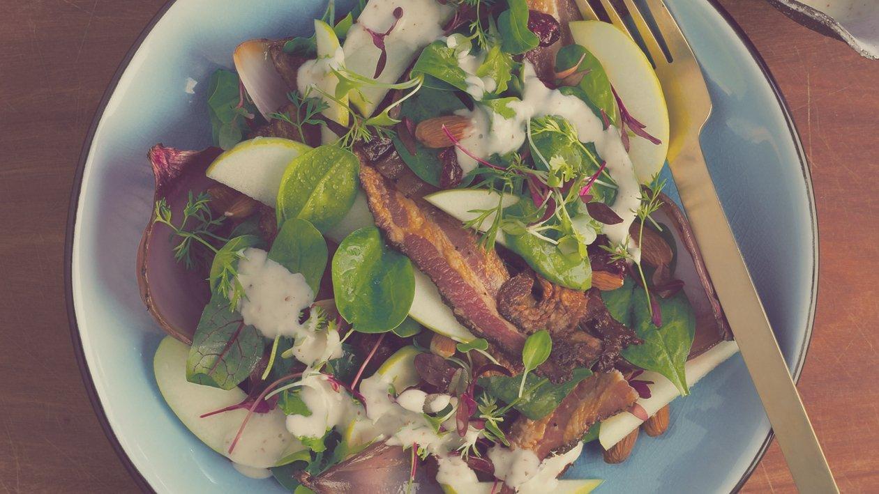 Lard chaud, oignon rouge grillé, salade de baby épinards, dressing au sirop d'érable et aux amandes grillées – Recette