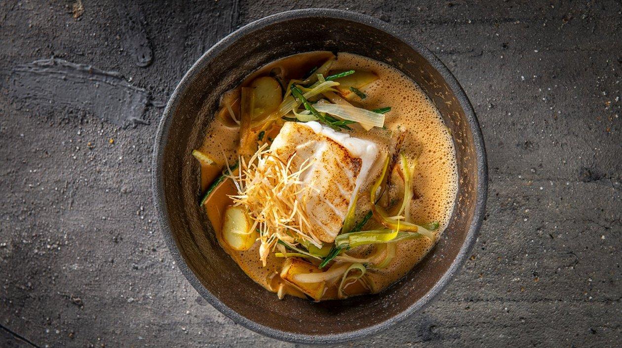 Lieu jaune avec topinambour, poireau, algues et un jus de tourteau – Recette