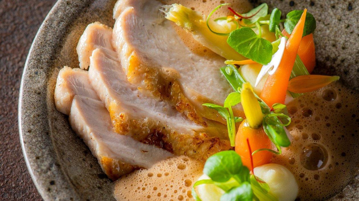 Pintade, carottes, purée de céleri-rave et sauce savoureuse – Recette