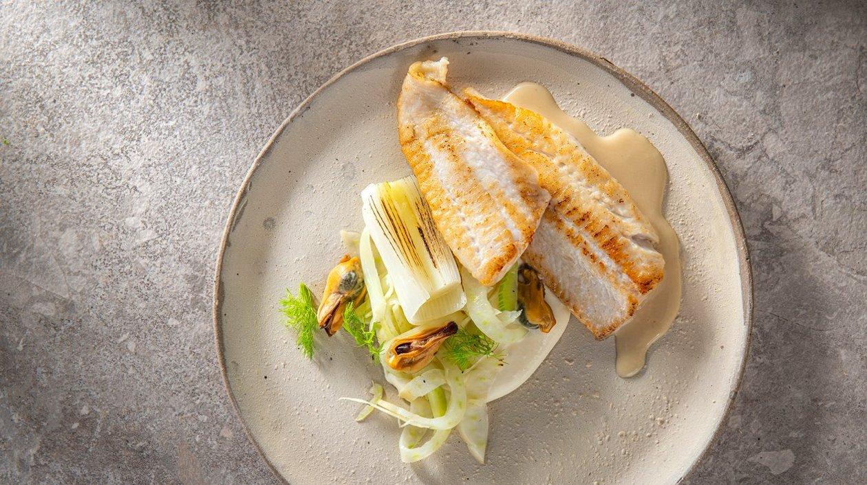 Plie grillée avec moules, fenouil, poireau caramélisé, pommes de terre au lait fermenté et une sauce crémeuse à l'ail – Recette