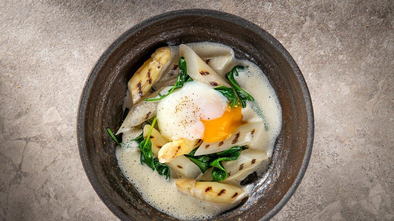 Potée d'asperges avec épinards, un œuf poché et une émulsion d'estragon – Recette