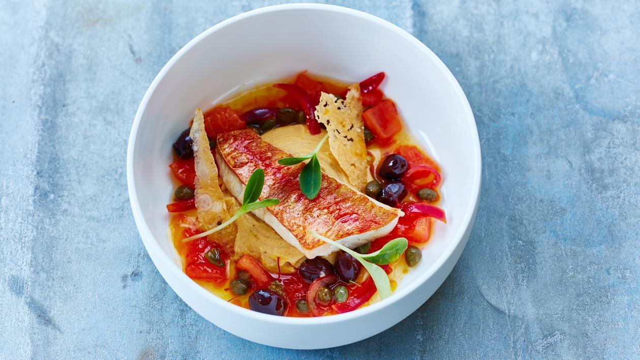 Rouget barbet grillé, crème de chorizo, chutney de tomates, olives, câpres et safran – Recette