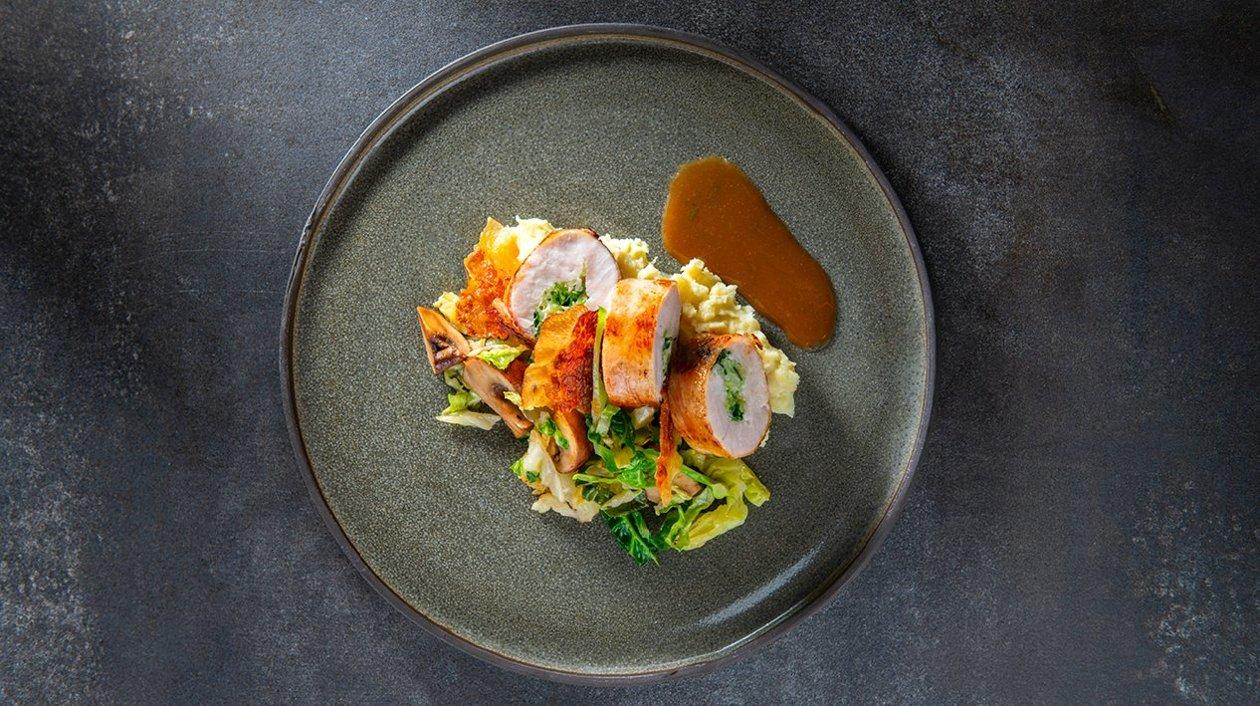 Roulade de coucou de Malines avec lardo, chou vert et une sauce à l'estragon – Recette