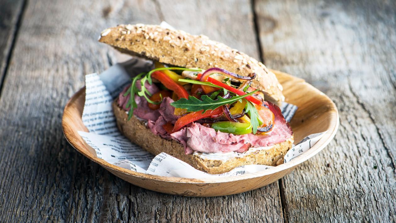 Sandwich piquant au rosbif et aux légumes grillés – Recette