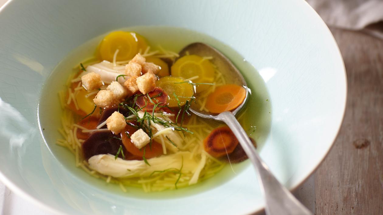 Soupe claire au poulet du Maroc avec carottes oubliées et persil plat – Recette