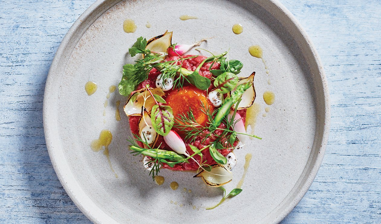 Beet Tartare with Quick-Cured Egg – recette