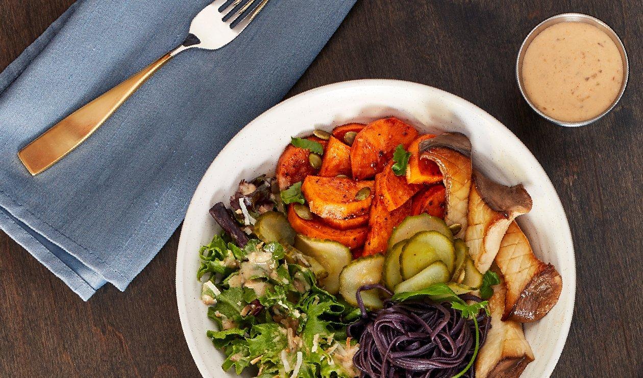 Bol de Nouilles Soba Noires et Patates Douces Rôties à la Vinaigrette Piment Hatch, Noix de Coco et Amandes – recette