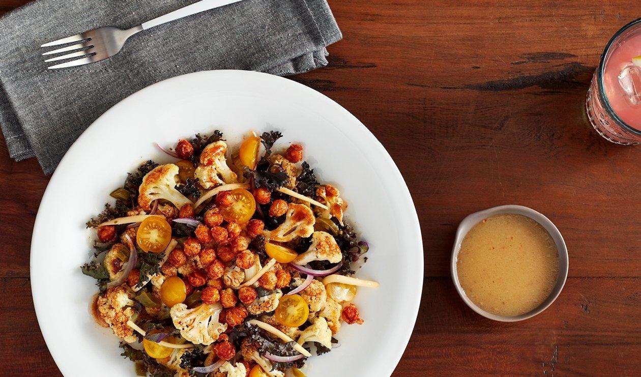 Chou-fleur à la Jerk, aux Pois Chiches Croustillants et à la Vinaigrette épicée Zaatar and Citron – recette