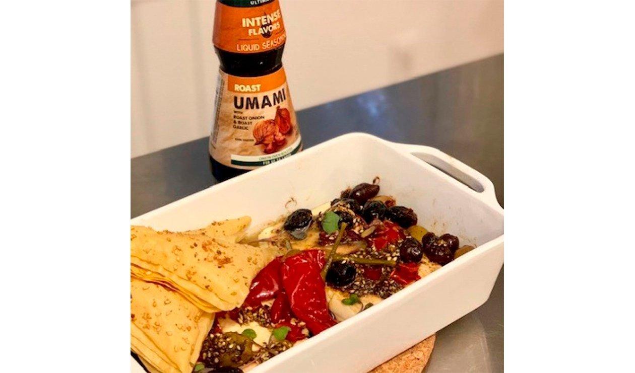 Feta Rôti au Zaatar avec Olives et Piments de Calabre, Vinaigrette Miel et Tahini – recette